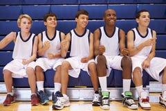 Membros do basquetebol masculino Team Watching Match da High School imagens de stock royalty free