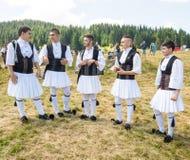Membros do conjunto grego da dança no festival Rozhen 2015 em Bulgária Fotos de Stock Royalty Free