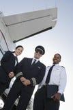Membros do grupo da cabine que estão junto no aeródromo imagem de stock royalty free