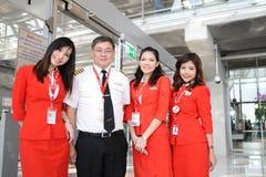 Membros do grupo de Air Asia no aeroporto de Banguecoque fotografia de stock