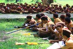 Membros do treinamento nos escuteiros foto de stock