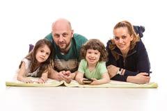 Membros felizes do agregado familiar com quatro membros fotografia de stock
