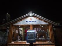 Memminger-Bierlogo vor der Terrasse einer serbischen Bar Memminger-Totenbahre ist eins der Symbole und der Hauptbiere von München stockfoto