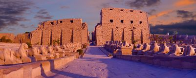 Memnon,卢克索,底比斯AfricaKarnak寺庙狮身人面象胡同,寺庙的废墟巨人  库存照片