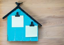 Memo board shaped like a barn with blank Post It notes for customized message Royalty Free Stock Photos