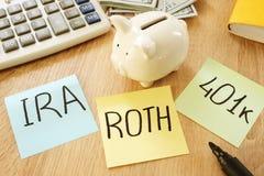 Memorando com o ROTH das palavras IRA 401k Planos de aposentação fotos de stock royalty free