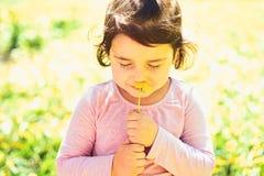 Memorera detta ?gonblick Framsidaskincare allergiblommor till Sommarflickamode lycklig barndom V?r V?der arkivbild