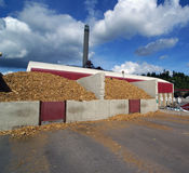 Memoria di legno del bio- del combustibile fumaiolo della centrale elettrica immagini stock