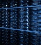 Memoria a dischi come i precedenti dei dischi rigidi del primo piano nella stanza del centro dati Immagine Stock