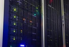 memoria a dischi moderna dell'elaboratore centrale di punto di vista nel centro dati Immagine Stock