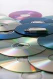 Memoria flash del Usb su un mucchio dei compact disc Immagini Stock Libere da Diritti