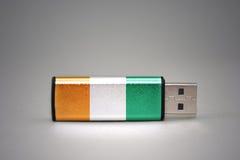 Memoria USB con la bandera nacional del divoire del corral en fondo gris Imagen de archivo libre de regalías