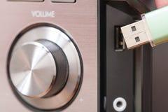 Memoria USB de conexión a un jugador de música imagenes de archivo