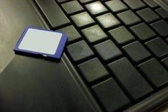 Memoria USB de la tarjeta de crédito del USB en el teclado oscuro Fotografía de archivo libre de regalías