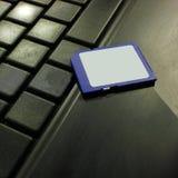 Memoria USB de la tarjeta de crédito del USB en el teclado oscuro Imagen de archivo libre de regalías