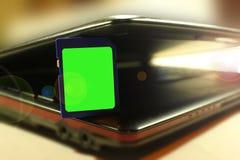 Memoria USB de la tarjeta de crédito del USB en el teclado oscuro Imágenes de archivo libres de regalías