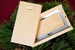 Memoria USB de madera en la caja de madera en el árbol de navidad Fotos de archivo libres de regalías