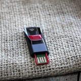 Memoria USB en la tabla Imagen de archivo
