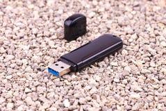 Memoria USB en las rocas Imagenes de archivo