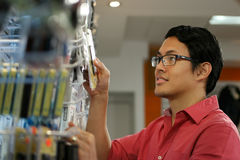 Memoria USB que ordena del hombre chino feliz en tienda de informática Foto de archivo