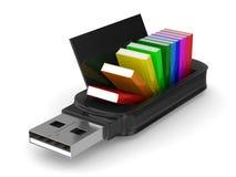 Memoria USB y libros en el fondo blanco Imágenes de archivo libres de regalías