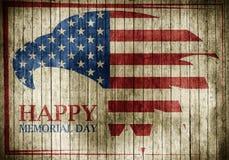 Memorial Day com a águia na bandeira nacional em um fundo de madeira ilustração do vetor