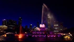 Memorial Day -Mitteilung am Brunnen in den roten Lichtern Lizenzfreie Stockfotos