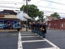 Memorial Day -Parade, historische Wiederinkraftsetzung, schießende Gewehre, USA stockbild