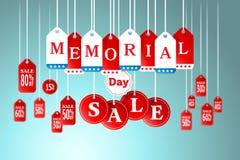 Memorial Day und Verkauf etikettieren das Hängen im Speicher für Förderung Lizenzfreie Stockfotos