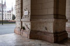 Memorial na frente da construção húngara do parlamento em Budapest, Hungria fotos de stock