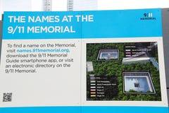 9/11Memorial New York Bureau met beschrijving hoe te om een naam op het Gedenkteken te vinden royalty-vrije stock afbeeldingen