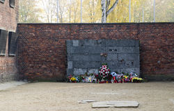 Memorial at the wall at Auschwitz German Nazi concentration deat. H camp where thousand of Polish people  and Jews were executed or tortured Auschwitz-Birkenau Stock Photos