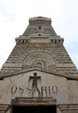 Memoriale ai soldati caduti italiani nella prima guerra mondiale con il ossu Fotografie Stock Libere da Diritti