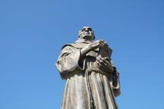 Memoriale al sacerdote e del biografo di Zef Pllumi Albanian Franciscan in Shengjin, Albania immagine stock libera da diritti