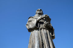 Memoriale al sacerdote e del biografo di Zef Pllumi Albanian Franciscan in Shengjin, Albania immagini stock libere da diritti