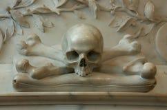 Memoriale con le ossa dell'incrocio e del cranio fotografia stock