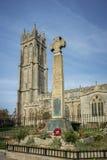 Memoriale della croce celtica e chiesa, Glastonbury Fotografia Stock Libera da Diritti