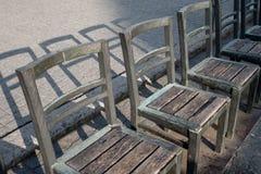 Memoriale di commemorazione agli ebrei deportati: ation del installthe di arte delle sedie vuote nel quadrato nel ghetto ebreo a  Fotografia Stock