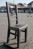 Memoriale di commemorazione agli ebrei deportati: ation del installthe di arte delle sedie vuote nel quadrato nel ghetto ebreo a  Fotografie Stock