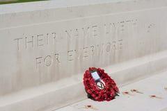 Memoriale di guerra con i papaveri Fotografia Stock Libera da Diritti