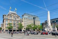 Memoriale di guerra nazionale olandese alla plaza centrale a Amsterdam, Immagine Stock