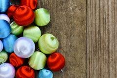 Memorias de la Navidad con los ornamentos de seda de la Navidad del vintage Imagen de archivo libre de regalías