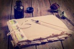 Memorias de los símbolos del pasado - cuaderno, pluma y tinta Pho teñido foto de archivo libre de regalías
