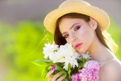 Memorize ten moment Lato dziewczyna z długie włosy Kobieta z mody makeup Naturalna piękna i zdroju terapia Wiosna obrazy royalty free