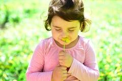 Memorize ten moment Twarzy skincare alergia kwiaty Lato dziewczyny moda szczęśliwego dzieciństwa Wiosna Pogoda zdjęcia stock