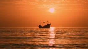 Memos五颜六色的日落背景的Pirate Cruise上尉在墨西哥湾海岸海滩 影视素材