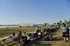 Memphis Bicentennial Celebration People Eating Memphis TN royaltyfri fotografi