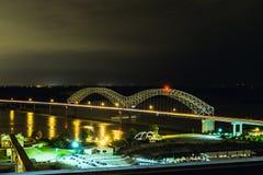 Memphis linia horyzontu przy nocy Hernando DeSoto mostem Fotografia Stock
