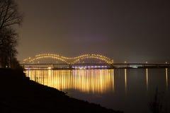 Memphis a los puentes de conexión Nightscape de Arkansas Fotografía de archivo