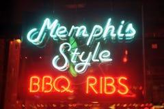 Memphis Neonowego znaka Memphis stylu BBQ ziobro fotografia stock